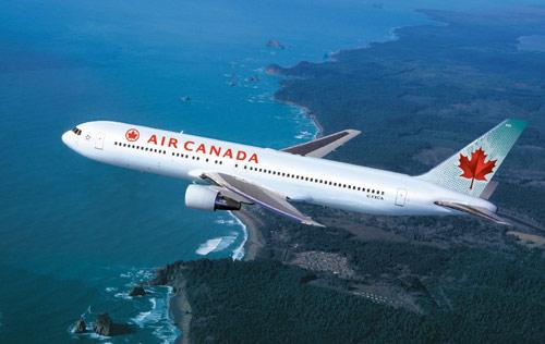пассажир самолета пытался открыть дверь