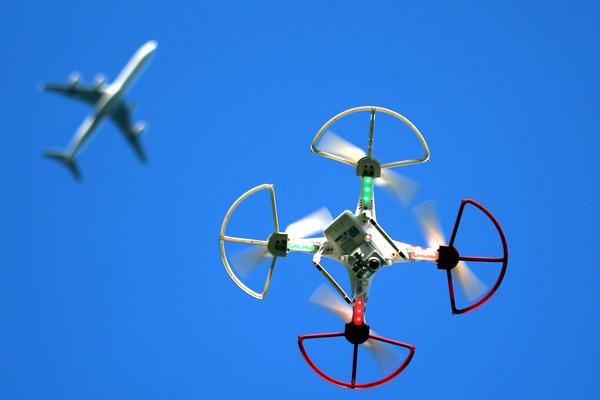 самолеты сталкиваются с дронами