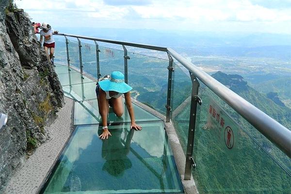 спецэффекты на стеклянном мосту в китае