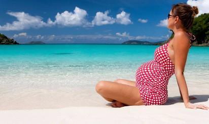 Беременная девушка на пляже