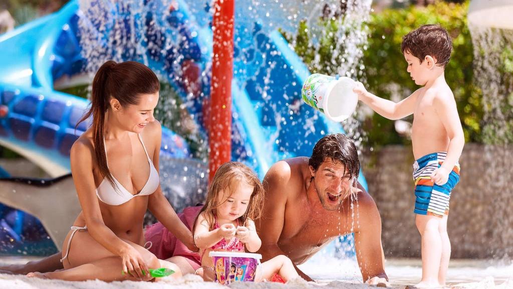 Семья с двумя детьми на отдыхе в Турции