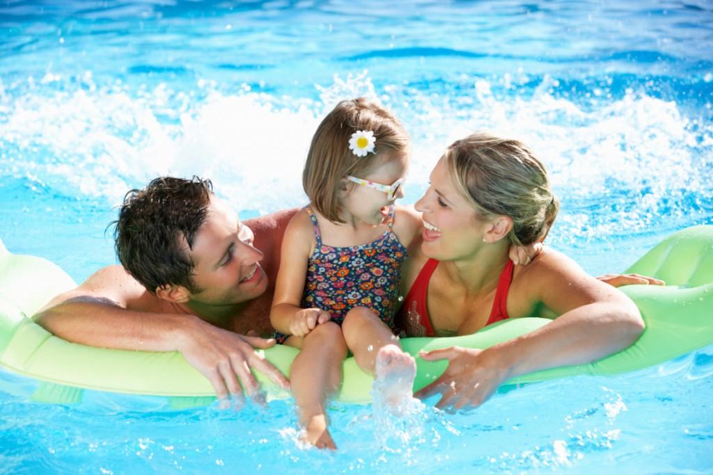Семья с ребенком на отдыхе в Турции