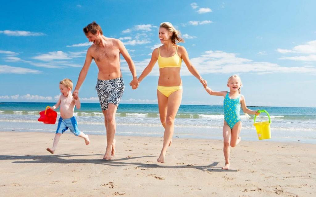 Радостная семья на море в Турции