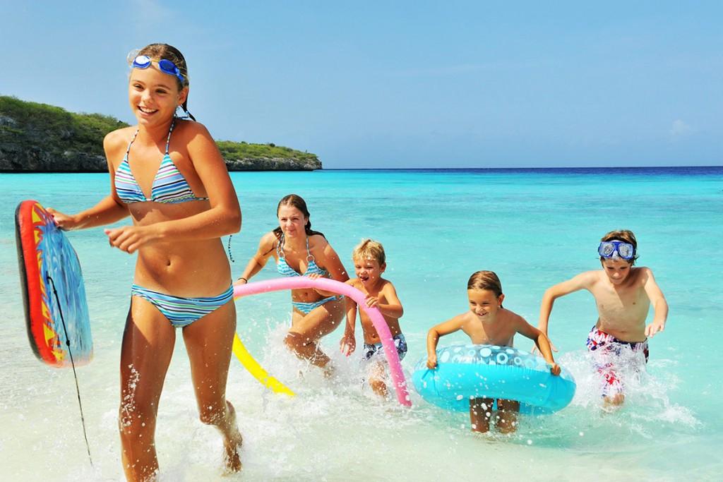 Радостные дети на турецком пляже