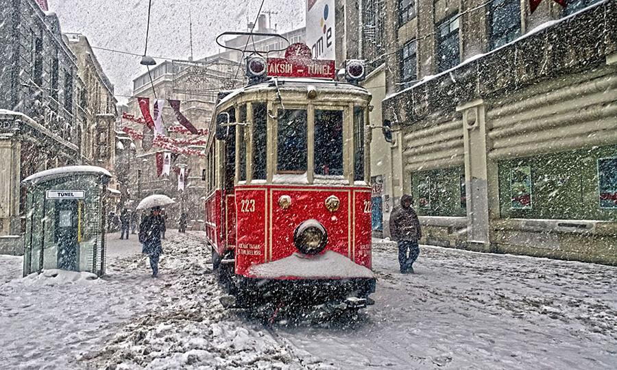 Трамвай в зимнем Стамбуле